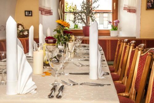 Ein Restaurant oder anderes Speiselokal in der Unterkunft Hotel zum Bräu