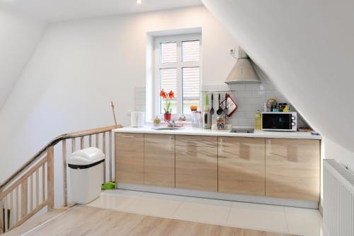 A kitchen or kitchenette at Apartament Muszelka