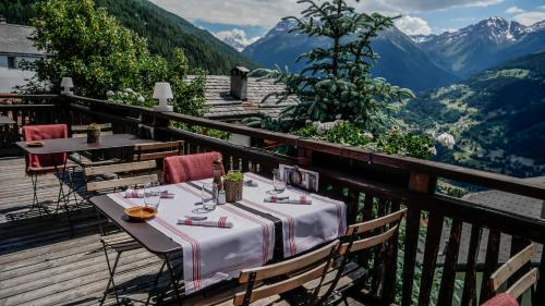 A restaurant or other place to eat at Hôtel Le Grand Chalet Favre