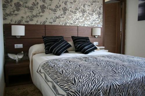 A bed or beds in a room at Hotel Rural Neixon
