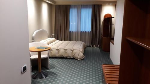 A bed or beds in a room at Hostellerie Du Cheval Blanc