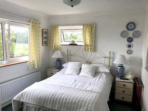 A bed or beds in a room at Holly House B&B