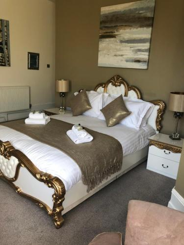 A bed or beds in a room at Washington House Hotel