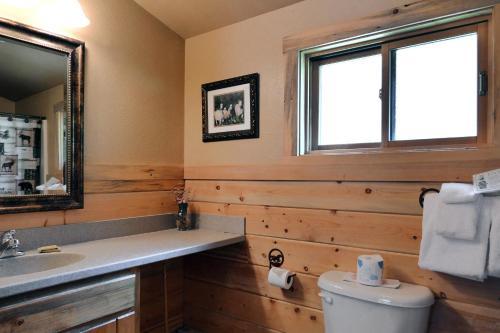 A bathroom at Bill Cody Ranch