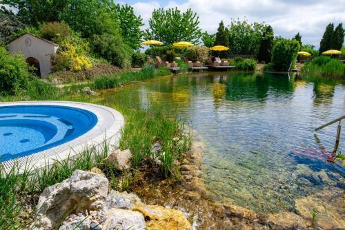 Der Swimmingpool an oder in der Nähe von Thermenhotel Vier Jahreszeiten