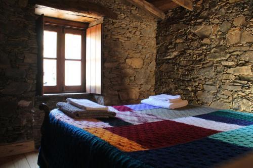 Uma cama ou camas num quarto em Casa de Cima