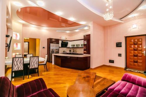 A cozinha ou cozinha compacta de Luxary Apartment ISR Plaza