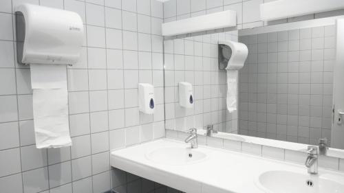 A bathroom at Low Budget Hostel