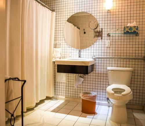 Ett badrum på Cadet Hotel
