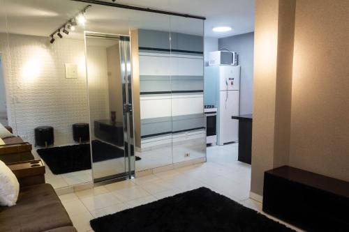 A television and/or entertainment centre at Apartamento com café da manhã no Centro - Conforto e preço baixo
