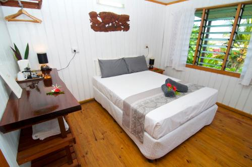 A bed or beds in a room at Deco Stop Lodge
