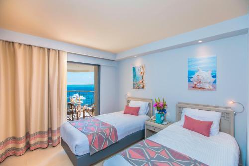 Cama o camas de una habitación en Sunrise Holidays Resort -Adults Only