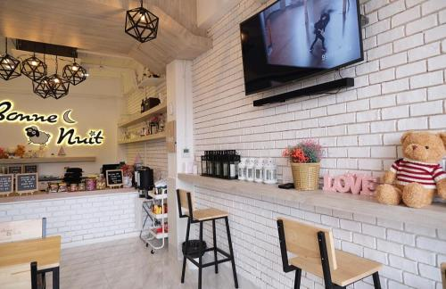 A restaurant or other place to eat at Bonne Nuit Hotel, Hua Hin