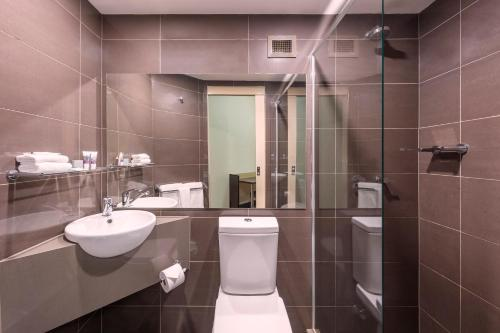 A bathroom at Mercure Welcome Melbourne