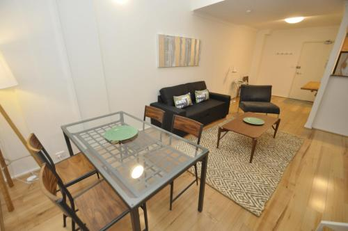 A seating area at Darlinghurst Fully Self Contained Modern 1 Bed Apartment (POP)