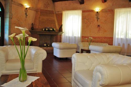 A seating area at La Pineta Dei Liberti