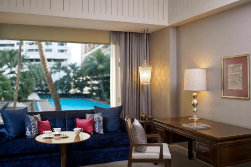 Vista sulla piscina di Anantara Siam Bangkok Hotel - SHA Plus Certified o su una piscina nei dintorni