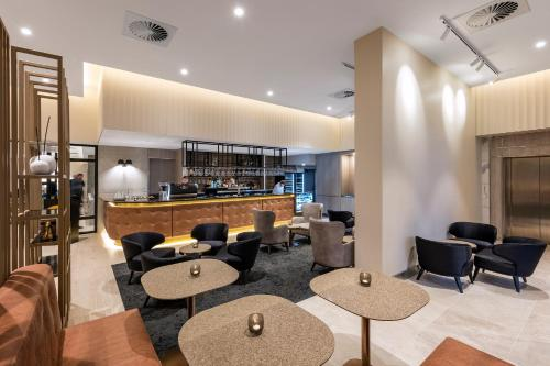 The lounge or bar area at Deco Hotel Canberra