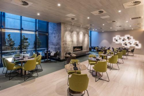 A restaurant or other place to eat at Deco Hotel Canberra