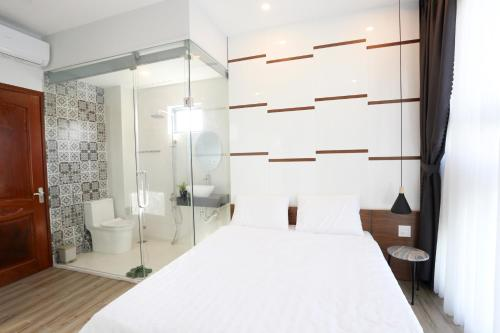 A bed or beds in a room at Lux Quy Nhon Homestay