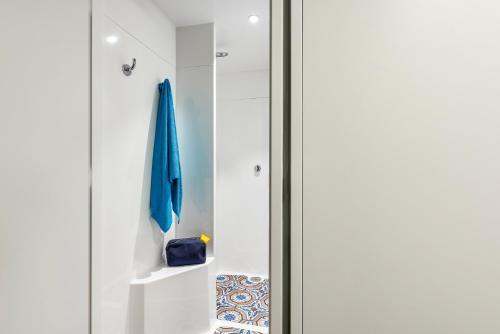 A bathroom at hotelF1 Marseille EST