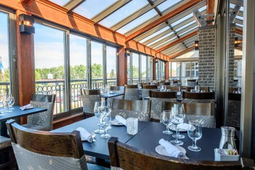 A restaurant or other place to eat at Hotel Le Montagnais
