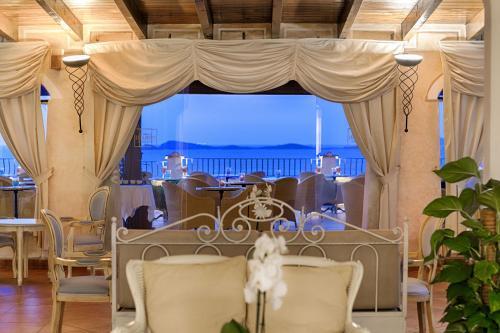 Un restaurante o sitio para comer en Colonna Resort