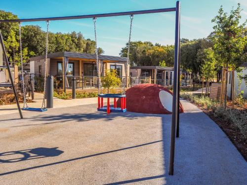 Plac zabaw dla dzieci w obiekcie Victoria Mobilehome in Istra Premium Camping Resort