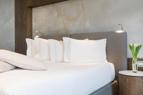 Een bed of bedden in een kamer bij Maritim Hotel Plaza Tirana