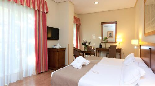 A bed or beds in a room at Hotel Bécquer