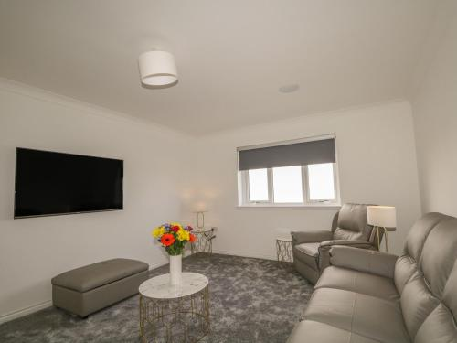 A seating area at 15 Waters Edge