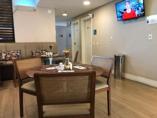A restaurant or other place to eat at Flat Caxias Multisuites