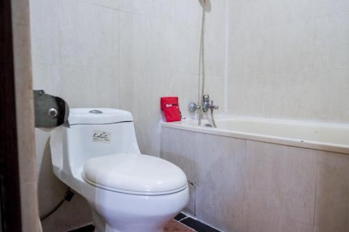 A bathroom at RedDoorz Plus near DC Mall Batam