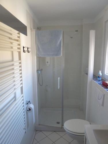 A bathroom at Hostal Moratinos