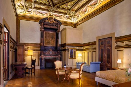 A seating area at Hotel Bretagna Heritage - Alfieri Collezione