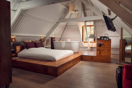 A bed or beds in a room at Landgoed Groot Warnsborn