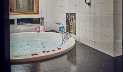 A bathroom at Landgoed Groot Warnsborn