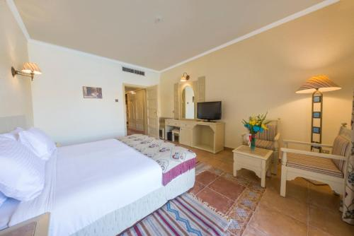 Een bed of bedden in een kamer bij Sentido Mamlouk Palace Resort