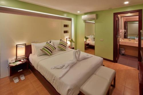 A bed or beds in a room at Shore Time Hotel Boracay