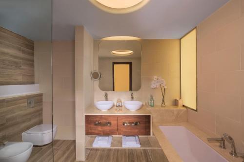 Ванная комната в The Retreat Palm Dubai MGallery by Sofitel