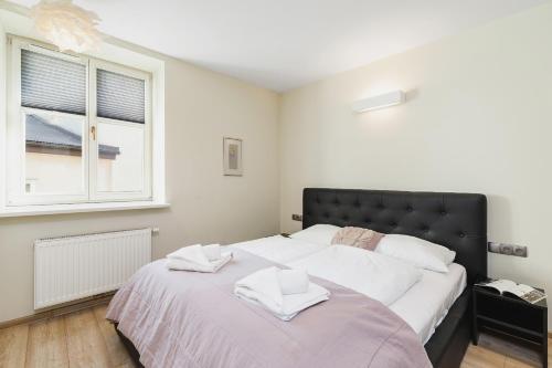 Postel nebo postele na pokoji v ubytování Apartments Cracow Miodowa by Renters
