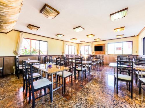 Um restaurante ou outro lugar para comer em OYO Kalamari Beach Hotel