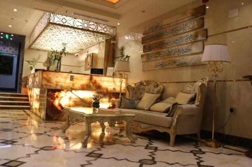 Uma área de estar em The Glorious Hotel