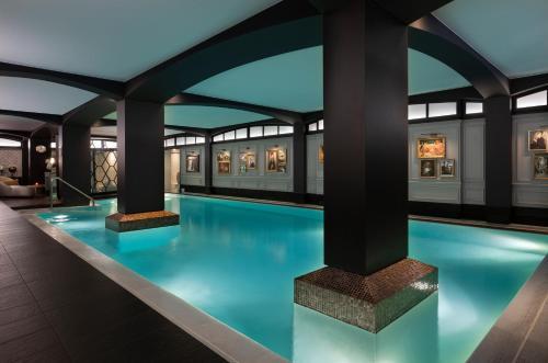 Het zwembad bij of vlak bij Hôtel Barrière Le Fouquet's