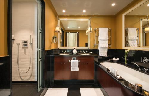 Een badkamer bij Hôtel Barrière Le Fouquet's
