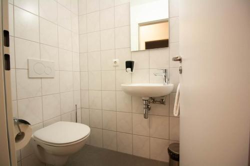 A bathroom at Gästehaus St. Georg - Weltenburger Klosterbetriebe GmbH