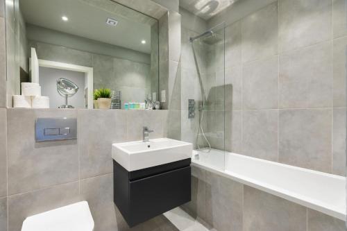 A bathroom at homely - Watford Premier Apartments (Warner Bros Studio)