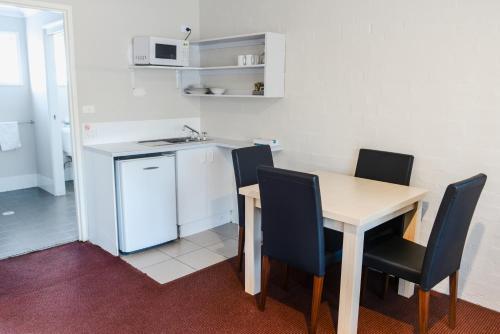 A kitchen or kitchenette at Balan Village Motel