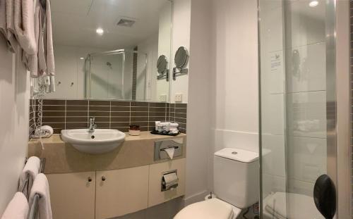 A bathroom at Airport Ascot Motel