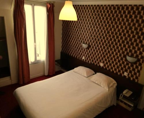 A bed or beds in a room at La Vieille France
